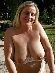Amateur bbw granny show her hairy pussy